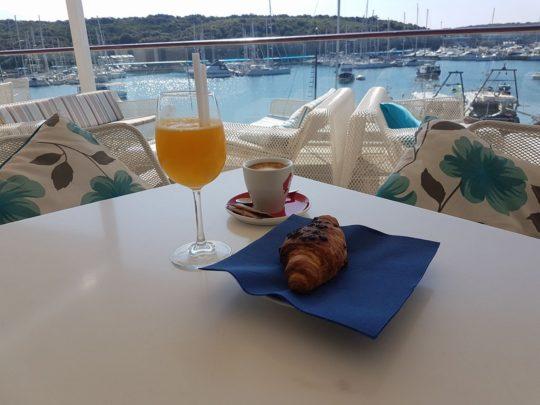 Kava i croissant Verigo bar